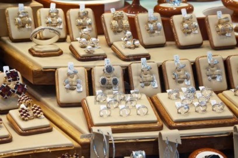 28d7b408573e ... ha desarticulado una banda especializada en atracos a joyerías por el  procedimiento del butrón y en el robo con violencia a representantes de  joyas